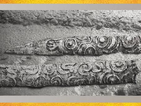 D'après des bâtons, os gravé, motifs de méandres, paléolithique supérieur. (Marsailly/Blogostelle)