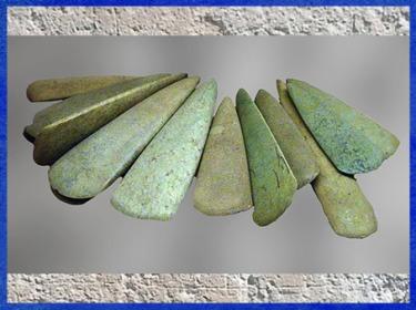 D'après des haches en pierre polie, fibrolite nacrée et roche verte, sans doute des objets de prestige, néolithique. (Marsailly/Blogostelle)