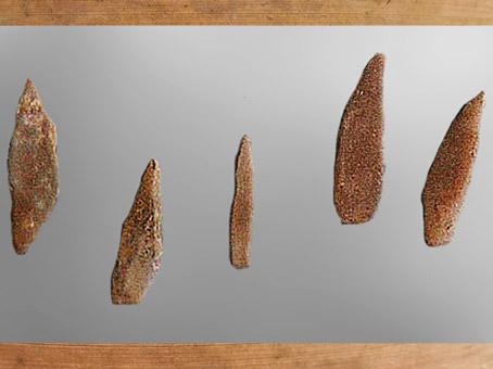 D'après des microlithes tardenoisiens, minuscules silex taillés, mésolithique. (Marsailly/Blogostelle)