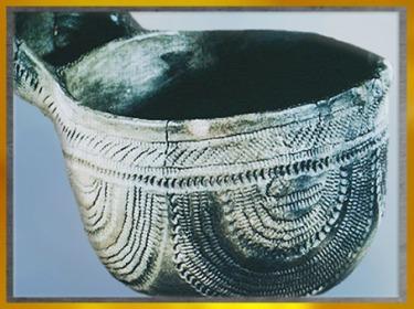 D'après une poterie, récipient à anse, terre cuite, décor imprimé, céramique cardiale, néolithique. (Marsailly/Blogostelle)