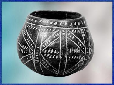 D'après une céramique rubanée, décor incisé, incrustations de pâte blanche, néolithique. (Marsailly/Blogostelle)
