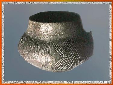 D'après une poterie carénée, céramique rubanée, terre cuite incisée, Ve millénaire avjc, néolithique. (Marsailly/Blogostelle)