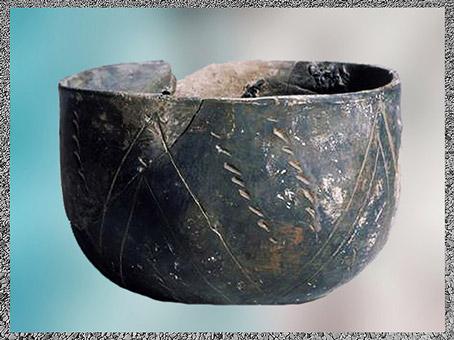 D'après une poterie, décor incisé, céramique rubanée, terre cuite, vers 4000 avjc, néolithique. (Marsailly/Blogostelle)