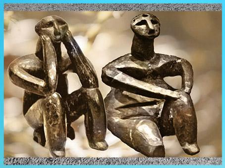 D'après deux statuettes, homme et femme, terre cuite, Ve millénaire avjc, Roumanie, néolithique. (Marsailly/Blogostelle)