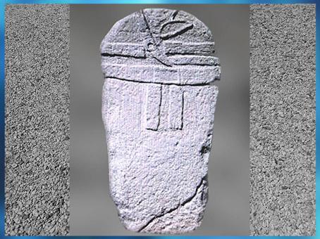 D'après une statue-menhir, avec armes et parures, Aveyron, France, néolithique. (Marsailly/Blogostelle)