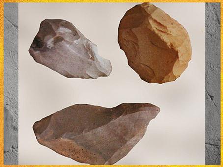 D'après un burin et des grattoirs, silex taillé, aurignacien, paléolithique supérieur. (Marsailly/Blogostelle)
