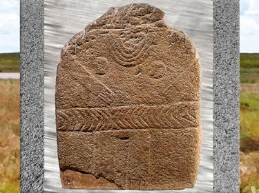 D'après une stèle féminine, seins ronds et ceinture à chevrons, vers 3000-2500 avjc, France, néolithique. (Marsailly/Blogostelle)