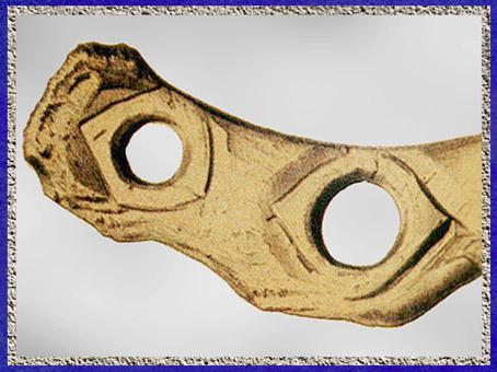 D'après un bâton percé, redresseur de sagaie, décor incisé, bois de renne, magdalénien, paléolithique supérieur. (Marsailly/Blogostelle)