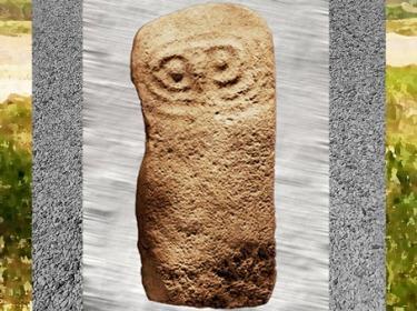 D'après une statue-menhir de Bouisset, pierre sculptée fichée en terre, Hérault, France, néolithique. (Marsailly/Blogostelle)