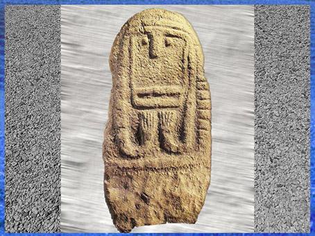 D'après une statue-menhir, pierre sculptée, Maison-Aube, région du Gard, France, néolithique. (Marsailly/Blogostelle)
