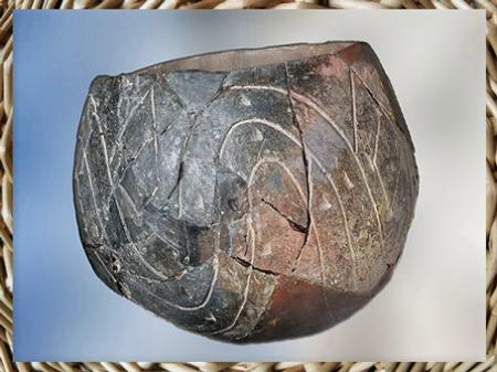 D'après une céramique du Rubané, motifs de vagues, vers  5500 avjc, Haut-Rhin, France, néolithique. (Marsailly/Blogostelle)