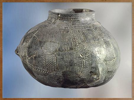 D'après un grand vase, décor au peigne, céramique rubanée, terre cuite, néolithique. (Marsailly/Blogostelle)