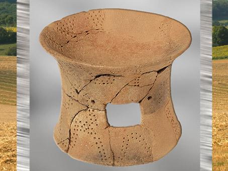 D'après une coupe sur pied, céramique, décor géométrique incisé et pointillé, style chasséen, Bretagne, France, néolithique. (Marsailly/Blogostelle)