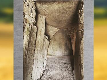 D'après le dolmen de la Table des Marchand, couloirs, 4000-3900 avjc, Locmariaquer, Morbihan, Bretagne, France, IVe millénaire avjc, néolithique. (Marsailly/Blogostelle)