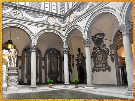 D'après le palais Médicis-Riccardi, Michelozzo, cour intérieure, 1444 -1459, Florence, XVe siècle, Quattrocento, Renaissance italienne. (Marsailly/Blogostelle)