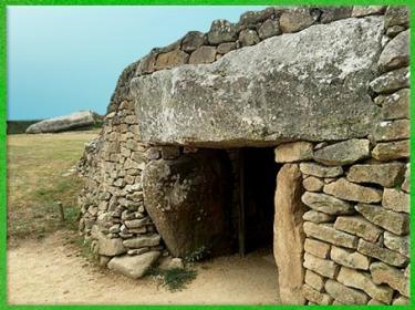 D'après le dolmen de la Table des Marchand, entrée, 4000-3900 avjc, Locmariaquer, Morbihan, Bretagne, France, IVe millénaire avjc, néolithique. (Marsailly/Blogostelle)
