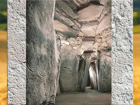 D'après le tumulus de Newgrange, couloirs et dalles mégalithiques, vers 3200 avjc, Irlande, IVe millénaire avjc, néolithique. (Marsailly/Blogostelle)