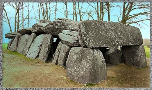 D'après le dolmen de la Roche-aux-Fée, allée couverte, vers 2000 avjc, Essé, Bretagne, mégalithes, France, néolithique. (Marsailly/Blogostelle)