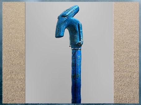 D'après un grand sceptre Ouas, tête de canidé, symbole de pouvoir divin, faïence bleu, temple de Noubt dédié à Seth, Naqada, 1427- 1401 avjc, XVIIIe dynastie, Nouvel Empire, Égypte Ancienne. (Marsailly/Blogostelle)