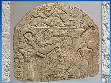 D'après Astarté, parèdre de Seth, recevant une offrande de Ramsès II, stèle calcaire, avec sphinx à tête de Seth, Nouvel Empire, Égypte Ancienne. (Marsailly/Blogostelle)