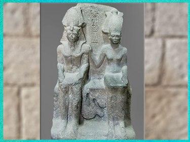 D'après la déesse Anat, parèdre de Seth, auprès de Ramsès II, groupe sculpté, granite, Nouvel Empire, Tanis, Égypte Ancienne. (Marsailly/Blogostelle)