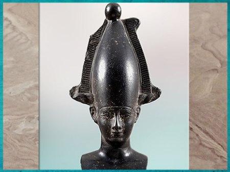 D'après le dieu Osiris, coiffé de la couronne Atef, pierre noire, basalte, époque Saïte, Basse Époque, Égypte Ancienne. (Marsailly/Blogostelle)