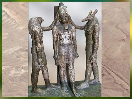 D'après les dieux Horus-Faucon et Seth-canidé, couronnant Ramsès III, groupe sculpté, temple de Ramsès III, Thèbes, XXe dynastie, Nouvel Empire, Égypte Ancienne. (Marsailly/Blogostelle)