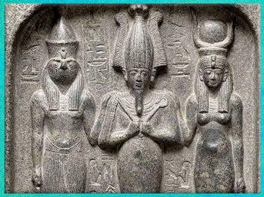 D'après la triade Horus, Osiris et Isis, diorite, règne de Séthi Ier, Abydos, XIXe dynastie, Nouvel Empire, Égypte Ancienne. (Marsailly/Blogostelle)