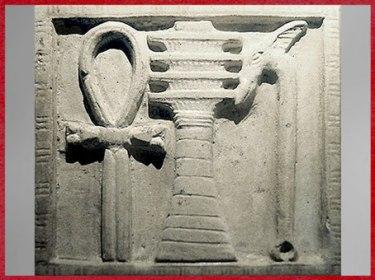 D'après les symboles divins, Ankh, pilier Djed d'Osiris et le sceptre Ouas à tête de canidé, haut-relief, Alexandrie, Égypte Ancienne. (Marsailly/Blogostelle)