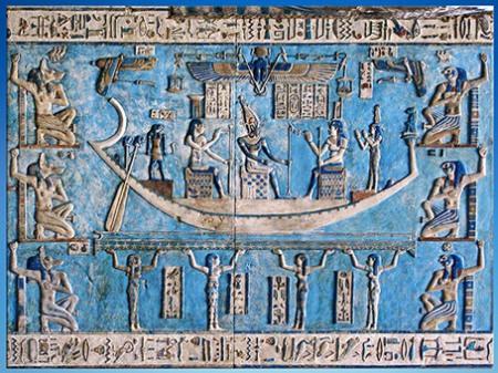 D'après la barque d'Osiris, Osiris-Soleil renaissant, Nephtys et la déesse Isis, Ogdoade, temple d'Hathor, Dendérah, règne de Pépi Ier, époque Ptolémaïque, Égypte Ancienne. (Marsailly/Blogostelle)