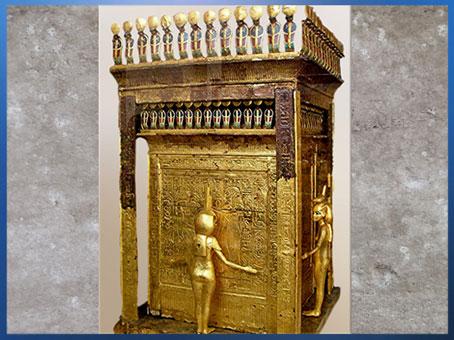 D'après les déesses Isis et Selket, coffret en or de Toutânkhamon, XVIIIe dynastie, Nouvel Empire, Égypte ancienne. (Marsailly/Blogostelle)