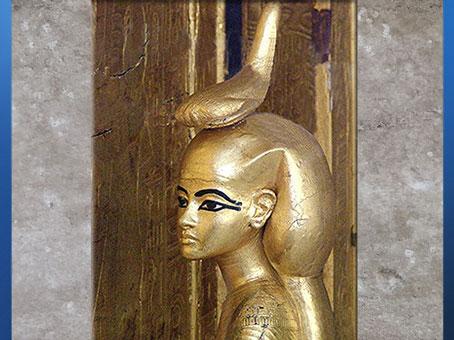 D'après la déesse scorpion Selket, coffret en or de Toutânkhamon, XVIIIe dynastie, Nouvel Empire, Égypte ancienne. (Marsailly/Blogostelle)