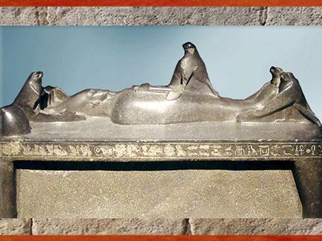 D'après Osiris Onnophris momifié fécondant la déesse Isis en oiseau milan, basalte, XIIIe dynastie, Abydos, Égypte ancienne. (Marsailly/Blogostelle)