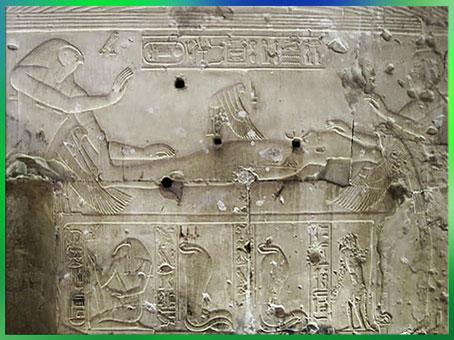 D'après la déesse Isis en oiseau-milan s'accouplant à Osiris Onnophris momifié, relief, temple funéraire de Séthi Ier, XIXe dynastie, Nouvel Empire, Abydos, Égypte ancienne. (Marsailly/Blogostelle)