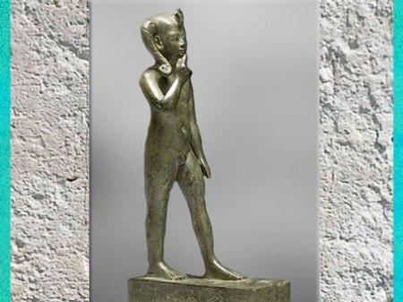 D'après le jeune dieu Horus, doigt sur la bouche, mèche et nudité, bronze, incrustation argent, vers 664- 342 avjc, Basse Époque, Égypte ancienne. (Marsailly/Blogostelle)