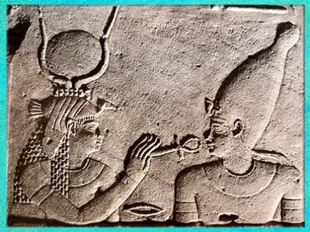 D'après la déesse Isis redonnant vie à Osiris, relief, vers 380 avjc- 300 apjc, temple d'Isis, Philae, XXXe dynastie-époque romaine, Aguilkia, Assouan, Égypte ancienne. (Marsailly/Blogostelle)