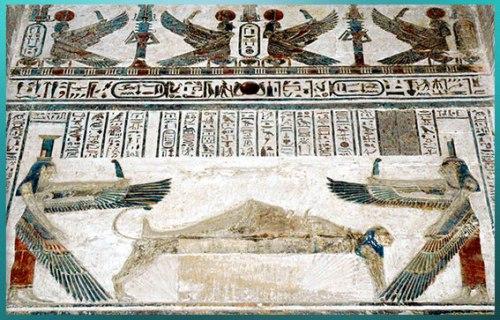 D'après les déesses Isis et Nephtys, à la tête et aux pieds d'Osiris momifié, temple d'Hathor, Dendérah, de Pépi Ier aux rois ptolémaïques, Égypte ancienne. (Marsailly/Blogostelle)
