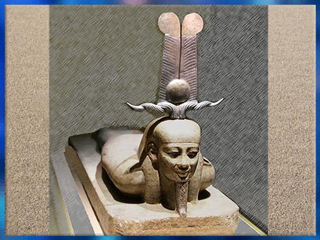 D'après Le réveil d'Osiris devenu Rê, coiffé des hautes plumes d'Amon-Rê, XVIe dynastie, granit, Égypte ancienne. (Marsailly/Blogostelle)