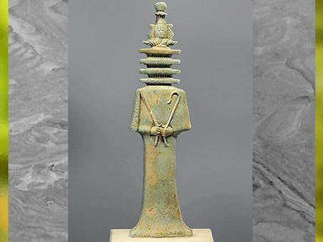 D'après une amulette Tat, le dieu Osiris la tête en pilier Djed, coiffé de la couronne Atef, faïence, Basse Époque, Égypte ancienne. (Marsailly/Blogostelle)