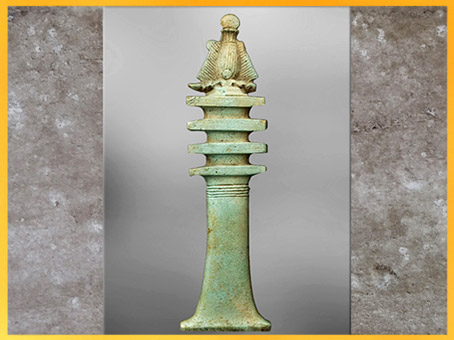 D'après une amulette Tat, Osiris-pilier Djed, couronne Atef, faïence, Basse Époque, Égypte ancienne. (Marsailly/Blogostelle)