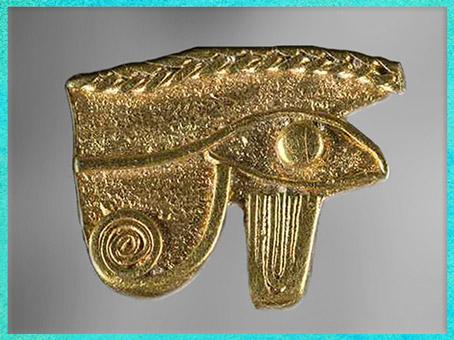 D'après l'œil Oudjat d'Horus, amulette protectrice, feuilles d'or, vers 332-30 avjc, Époque Ptolémaïque, Thônis-Héracleion, Égypte ancienne. (Marsailly/Blogostelle)