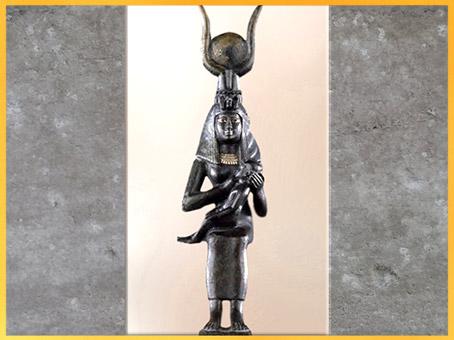 D'après la déesse Isis allaitant Horus, figurine, bronze, serapeum de Saqqarah, Basse Époque, Égypte ancienne. (Marsailly/Blogostelle)