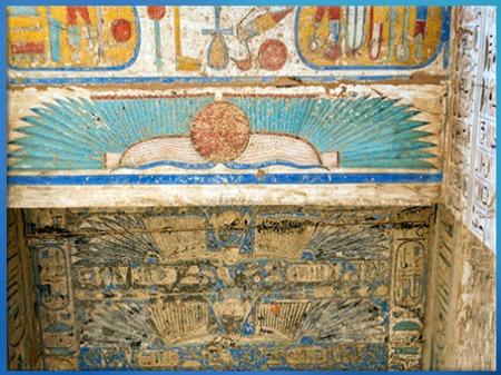 D'après le disque ailé, symbole solaire, plafond peint, temple funéraire de Ramsès III, vers 1186–1155 avjc, Medinet Abou, Thèbes, Nouvel Empire, Égypte ancienne. (Marsailly/Blogostelle)