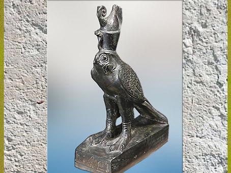 D'après Horus Faucon, dieu Rê-Horakhty incarnant le Soleil Levant, coiffé de la double couronne de Haute et Basse Égypte, vers 664 - 332 avjc, Basse Époque, Égypte ancienne. (Marsailly/Blogostelle)