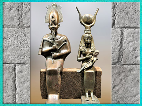 D'après la triade Osiris, Isis allaitante et Horus enfant, groupe en bronze, XXVIe dynastie, Égypte ancienne. (Marsailly/Blogostelle)