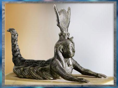 D'après la déesse scorpion Selket, disque et cornes de vache, bronze, Basse époque, Égypte ancienne. (Marsailly/Blogostelle)