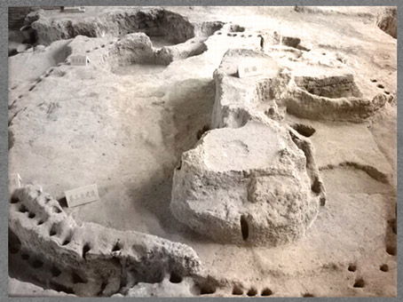 D'après une maquette du village de Banpo, province du Shaanxi, culture de Yangshao, 5000- 2500 avjc, néolithique, Chine ancienne. (Marsailly/Blogostelle)
