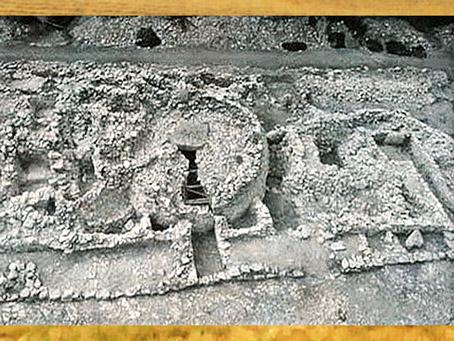 D'après une nécropole, avec chambres funéraires sous tertres de pierres, Deux-Sèvres, Poitou, France, néolithique. (Marsailly/Blogostelle)