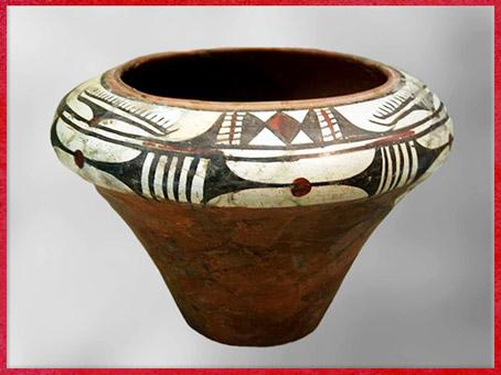 D'après un vase, terre cuite peinte blanc, noir et rouge, vers 3385-3070 avjc, culture de Yangshao, IVe millénaire avjc, néolithique, néolithique, Chine ancienne. (Marsailly/Blogostelle)