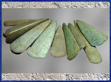 D'après des haches polies en jadéite, objets votifs et de prestige, France, néolithique. (Marsailly/Blogostelle)